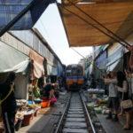 メークロン市場と呼ばれる電車の線路の上のマーケットと水上マーケットへ行ってきました