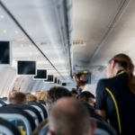 海外旅行の時、飛行機の機内には何を持っていけば良いのか?
