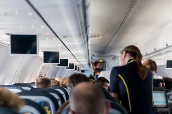 海外旅行の時、飛行機の機内には何を持っていけば良いのかをベテラン旅行者が教えます。